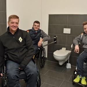 Valentin Baus, Thomas Schmidberger und Ralf Lampe besichtigten die neu erstellte behindertengerechte WC-Anlage in der Oberschule Essen.