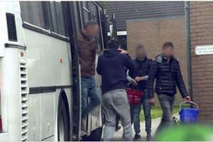 Szenenbild: Verlastung der Schlachtarbeiter in einem alten Reisebus