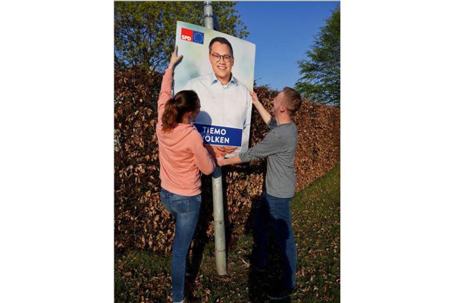Wahl beendet und schon Montag kamen die Plakate wieder runter. Vanessa Wiegmann und Simon Schneiders im Einsatz.