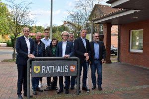 MdB Rohde u.a. vor dem Rathaus
