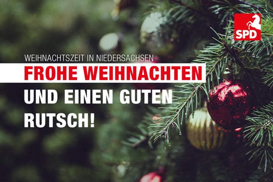 Tannengrün mit Kugeln und gute Wünsche für Weihnachten und das Neue Jahr